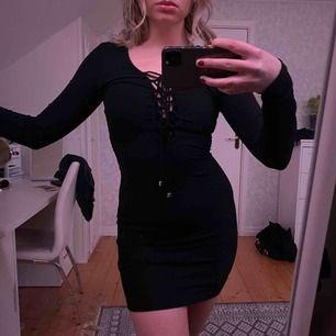 Fin festklänning från Gina i strl XS men passar även S (jag har normalt S). Ser ut som ny!
