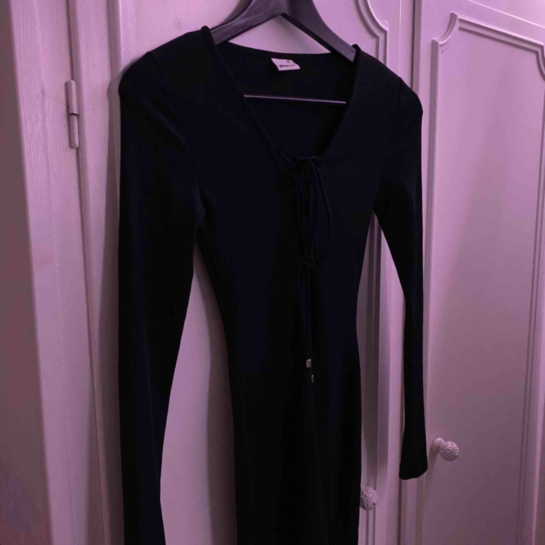 Fin festklänning från Gina i strl XS men passar även S (jag har normalt S). Ser ut som ny!. Klänningar.