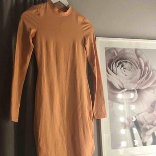 Tajt klänning från Nelly trend  Kan mötas upp i Stockholm eller så står köparen för frakten💕  Aldrig använd  Storlek XS