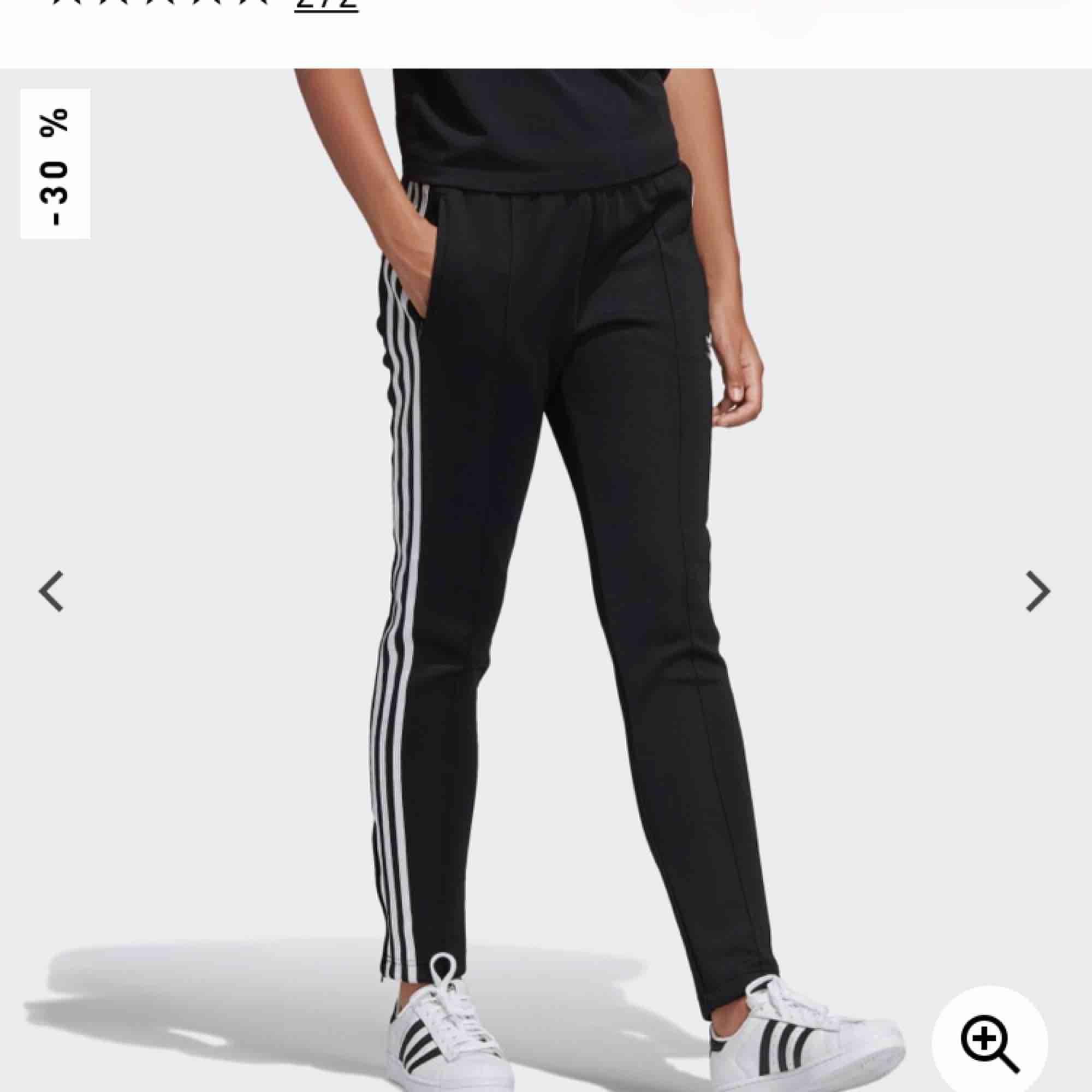 """Snygga adidas byxor med """"söm"""" på framsidan, stora fickor, snörning från insidan och en kort dragkedja vid foten.  Nypris 599kr  . Jeans & Byxor."""