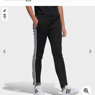 """Snygga adidas byxor med """"söm"""" på framsidan, stora fickor, snörning från insidan och en kort dragkedja vid foten.  Nypris 599kr"""