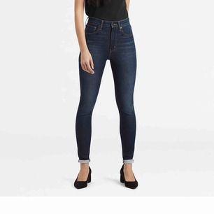 """Snygga Levi's jeans i modellen """"mile high super skinny"""". Sitter snyggt och tight hela vägen.  Nypris 1099kr"""