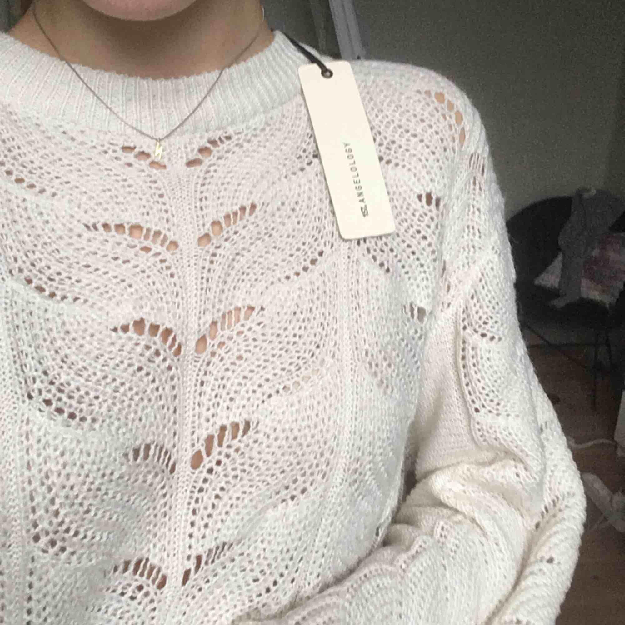 Super fin stickad tröja med världens finaste mönster! Aldrig använd med prislapp kvar. Ganska oversized så passar även större storlekar.. Stickat.
