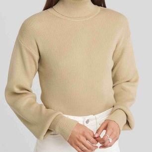 NY Drop Shoulder Sweater i färgen beige. Kommer aldrig till användning.