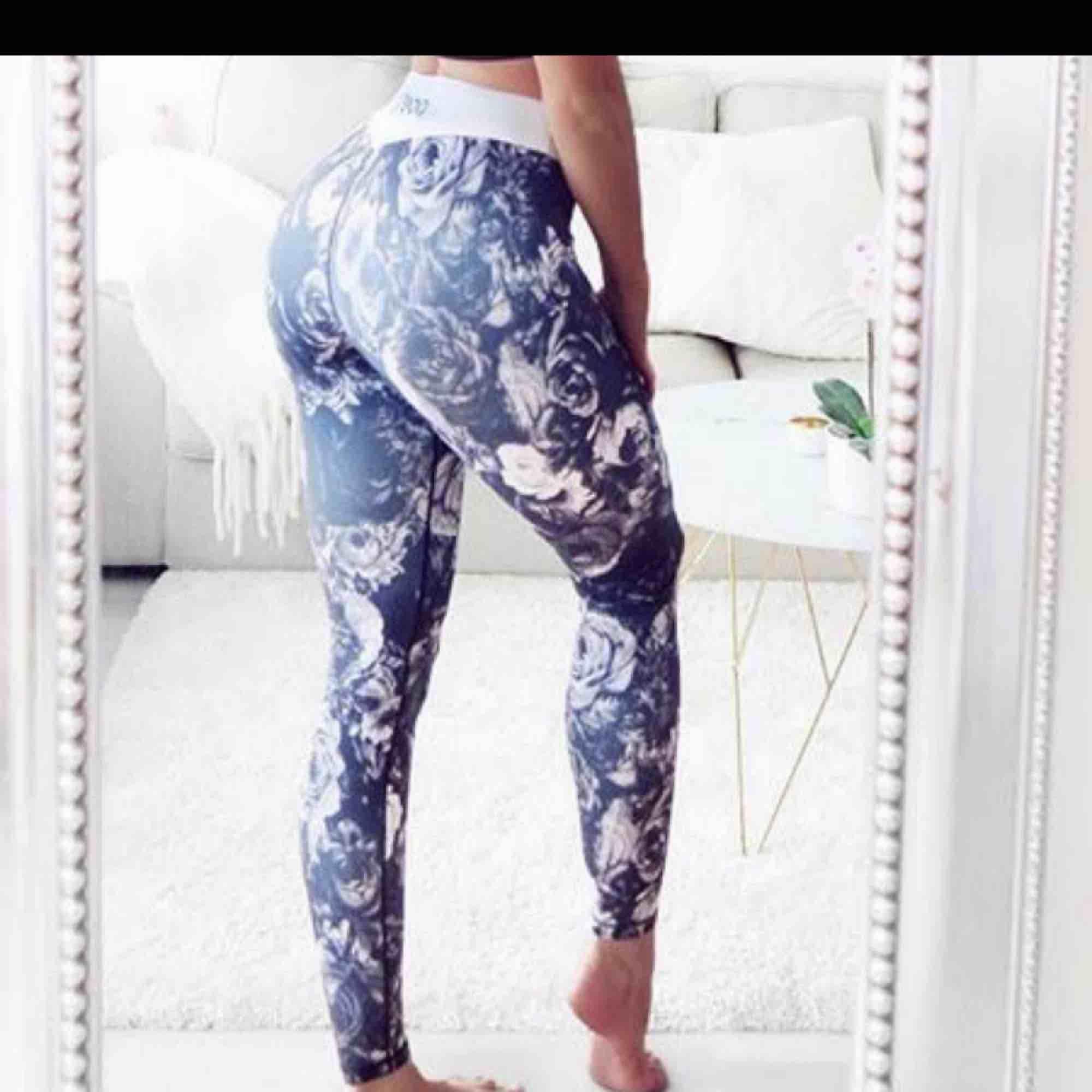 Helt nya träningstights från poesi, fel storlek för mig. . Jeans & Byxor.