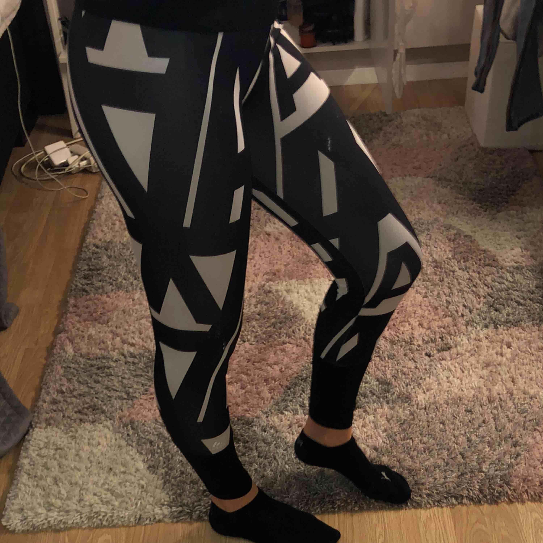 Snygga adidas träningstights använda fåtal gånger. Jeans & Byxor.