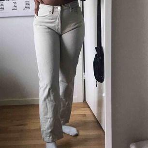 Ett par beiga jeans från Levis :) dom sitter tight runt midjan och ner vid rumpan men sedan som stuprör ner för benen. Säljer dom då dom är för små för mig :-///    Jeansen är köpta på secondhand men är ändå i bra skick! 🥰✨