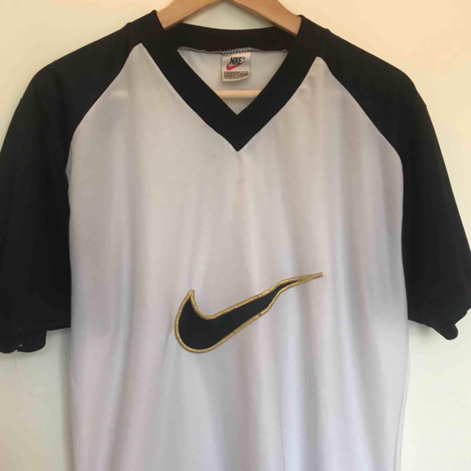 En Nike t-shirt i nått typ av silkes liknande material :) Säljs pga alldeles för lite användning :(  Tröjan är  köpt på secondhand vilket resulterar att Nike logan har lite slitage i sig som man ser på andra bilden :) 💓💓. T-shirts.