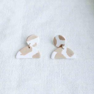 Handgjorda örhängen i lera, nickelfria.  Går att få både med silvriga och guldiga detaljer. Frakt 9 kr •insta: dorisclaydesign