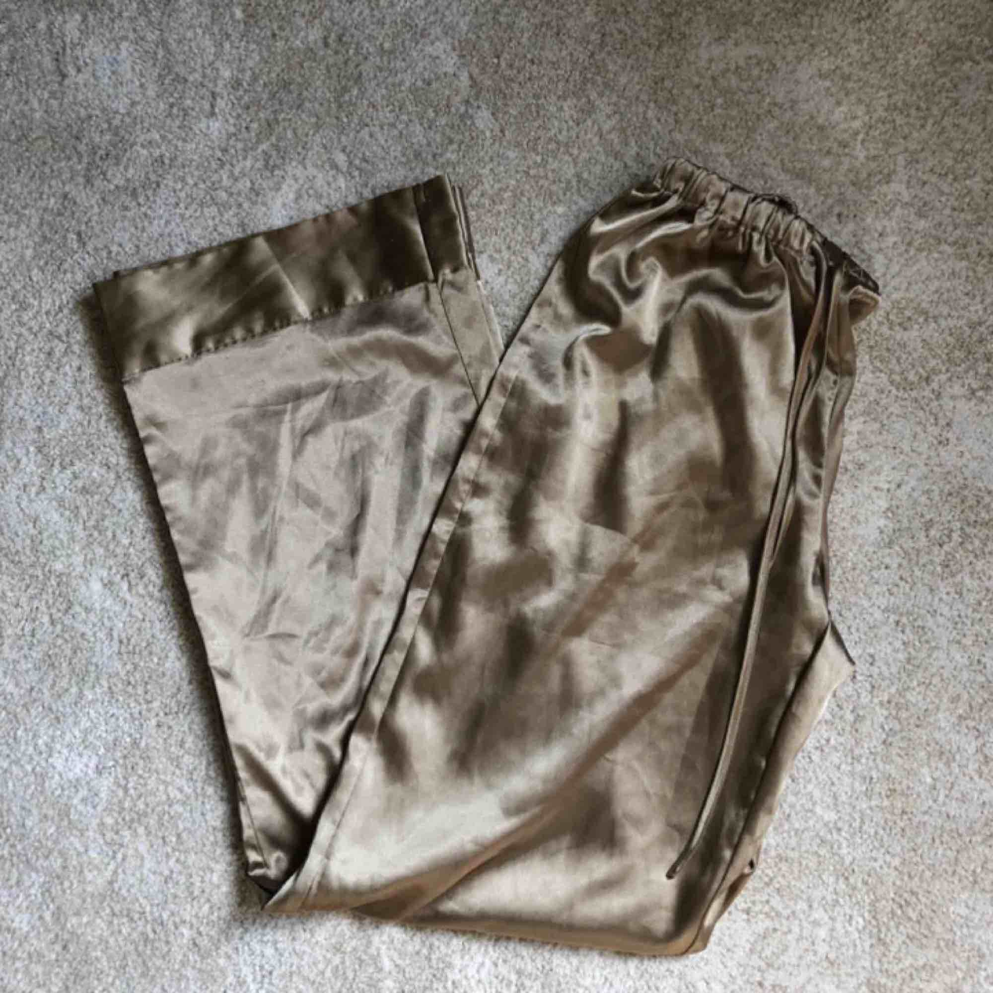 Pyjamasbyxor i silkesmaterial . Jeans & Byxor.