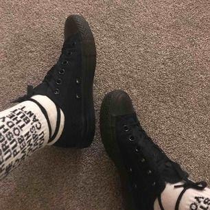 SÄNKT PRIS! Pris kan diskuteras. Asballa svarta converse i storlek 37. Köpta för ungefär ett år sedan men kommer tyvärr inte till användning då jag har lite för mycket skor.😇💓 Nyskick. Inköpta för 800 kr. Köpare står för frakt.🦋💕💕💕