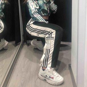 Adidas popperpants använda ett par gånger super snygga o passar till allt