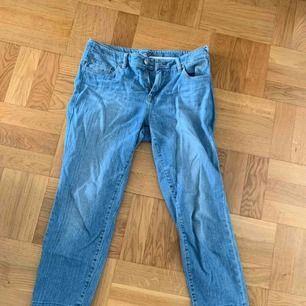 Jätte snygg jeans som är raka och kortare där nere från Riga, storlek 36 ( passar även 38). I gott skick!