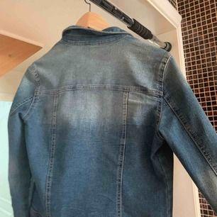 Jätte snygg Jeans jacka från ONLY i gott skick:) knappt använd säljes pga för liten storlek