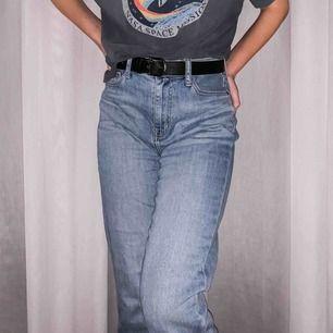 Ett par boyfriend jeans med en straight fit look! De är knappt använda och är i perfekt kondition.   Du kan stylea byxorna enkelt. Allt från tajta instoppade tröjor till stora, oversized hoodies! Skriv för fler bilder.