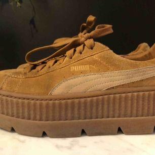 Jättefina Puma by Fenty skor i gott skick! Köpta för 1500kr. Köparen står för frakten men kan även mötas upp i centrala Stockholm. ☺️