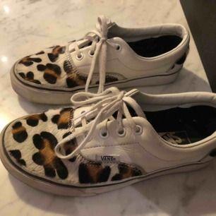 Leopardvans i gott skick. Köpta för 1000kr. Köparen står för frakt men kan även mötas upp i centrala Stockholm💕🐆🐆