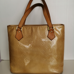 Louis Vuitton Houston handbag, very good condition, authentic, I did not try to clean the bag, I do not know if the stains can be removed, size 30x25cm, handle 19cm, write me for more info and pics 🙂