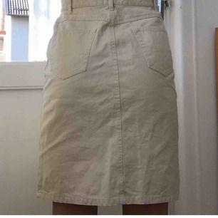 Kjol med knappar i ca storlek S. Fungerar att använda med skärp.