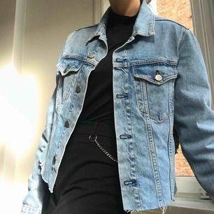 Smått oversized jeansjacka, köpt från BikBok men egen-designad klippning.