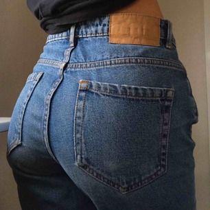 Väl använda blå jeans från Zara. Riktigt bekväma och med snygg lite lösare fit. Betalning görs via swish och köparen står för frakten☺️ Kontakta mig gärna vid frågor eller funderingar!