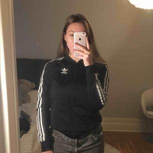 Knappt använd svart adidas jacka. Bra i storlek och bekväm. Kan eventuellt sänka priset.