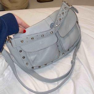 """Säljer min ljus gråa UNLIMIT väska i storleken """"Emily"""". Bara använd ca 2 ggr och den är som ny!"""