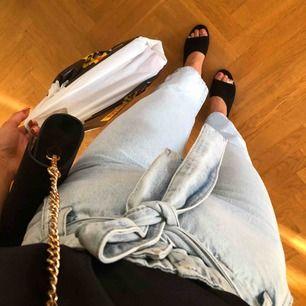 Sjukt snygga jeans från Gina Tricot. Använda en gång, I toppenskick. Frakt tillkommer. Nypris 499.