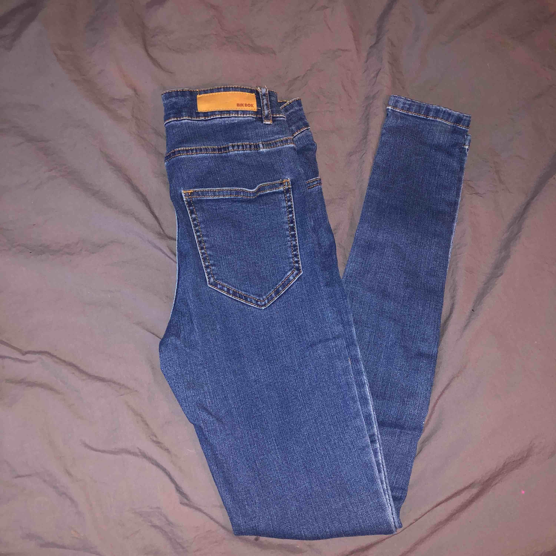 Högmidjade mörkblå jeans i nyskick från bikbok! Skickar fler bilder vid intresse🥰. Jeans & Byxor.