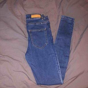 Högmidjade mörkblå jeans i nyskick från bikbok! Skickar fler bilder vid intresse🥰