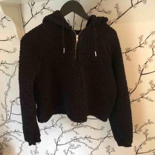Mysig hoodie i teddy från Urban Outfitters💕Köparen står för frakten men kan även mötas upp i centrala Stockholm💕