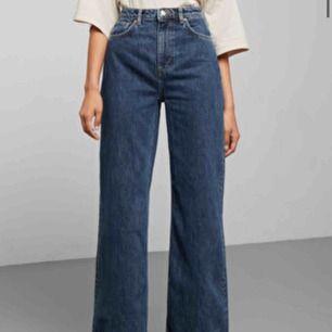 Skiit snygga jeans i modellen ACE från Weekday! Säljer för jag inte har fått någon användning av dom! Bara andvända 2 gr! Så dom är som helt nya!😍😍köptes för 500 kr
