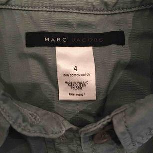 Marc Jacobs skjorta. Skulle säga att den sitter som en mindre xs alltså xxs.