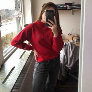 Jätte fin sweatshirt som jag köpt secondhand, passar mig som är 163cm jätte bra   Frakt tillkommer , skicka ett meddelande för fler bilder