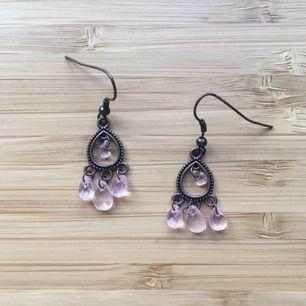 Bronsfärgade örhängen med rosa detaljer. I gott skick :) Köpare betalar för frakt, 9kr. Tvättar med bakteriedödande innan jag skickar.
