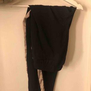 Kostymliknande byxor, helt oanvända och väldigt skönt material.  Nypris: 199 säljer för 80kr