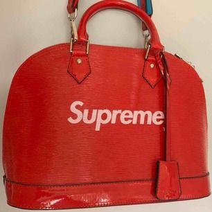 En helt oanvänd supreme x LV handväska. Rymlig men inte för stor. Inte äkta