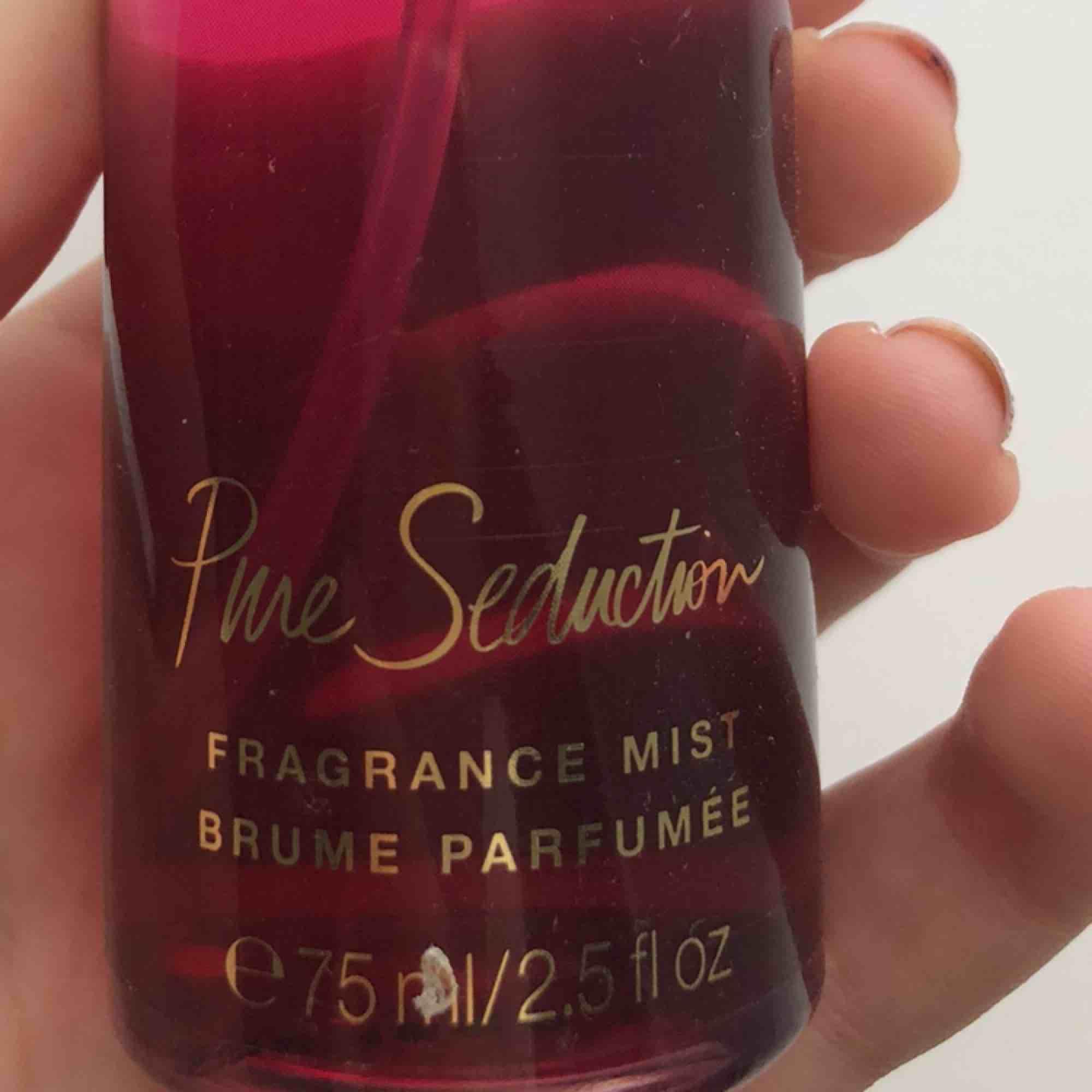 Parfym från Victorias secret pure seduction fragrance mist 75 ml! Doftar väldigt gott, använd lite men skulle uppskatta att det är minst 3/4 delat kvar! Möts upp i Stockholm eller så betalar köparen för frakt. Pris kan diskuteras!. Övrigt.