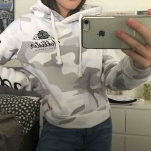 Säljer en hoodie från Hollister. Knappt använd. Frakt 60 kr