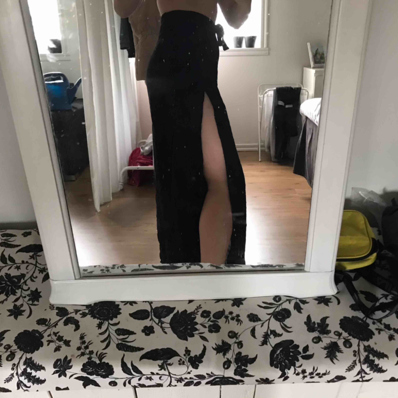 Svarta coola pösbyxor som man knyter både fram och baktill med snitt på båda sidorna av benen. (Svårt att förklara) Fler bilder finns! Oklart vilken storlek det är men jag är vanligtvis en S.. Jeans & Byxor.