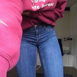 Blåa Alex jeans från Gina, sparsamt använda. Inga hål eller andra synliga slitningar. I storlek M, lite små i storlekarna då jag normalt sätt har S.