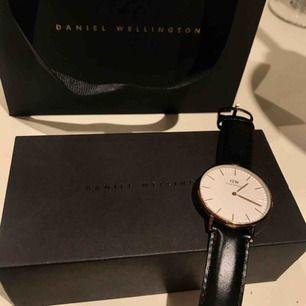Säljer min fina Daniel Wellington klocka i roseguld med svart läder-band