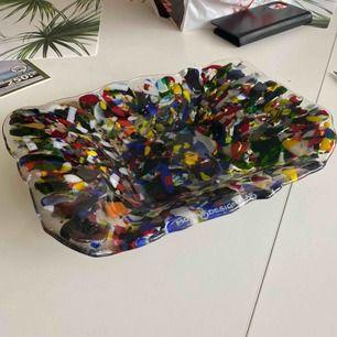 En glasskål från Monas Designglas. Fint skick och vacker design. Köparen står för frakten.