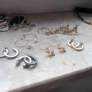 """Super snygga öronhängen. (Ej äkta silver eller guld!) Många saknar """"ploppen"""" där bak men går att sätta på en egen plopp från andra öronhängen! 20kr + frakt 9kr styck 😊 (köp styckvis eller flera)"""