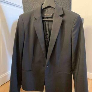 Kavaj/blazer från Zara. Knappt använd, så jättebra skick. Köparen står för frakten.