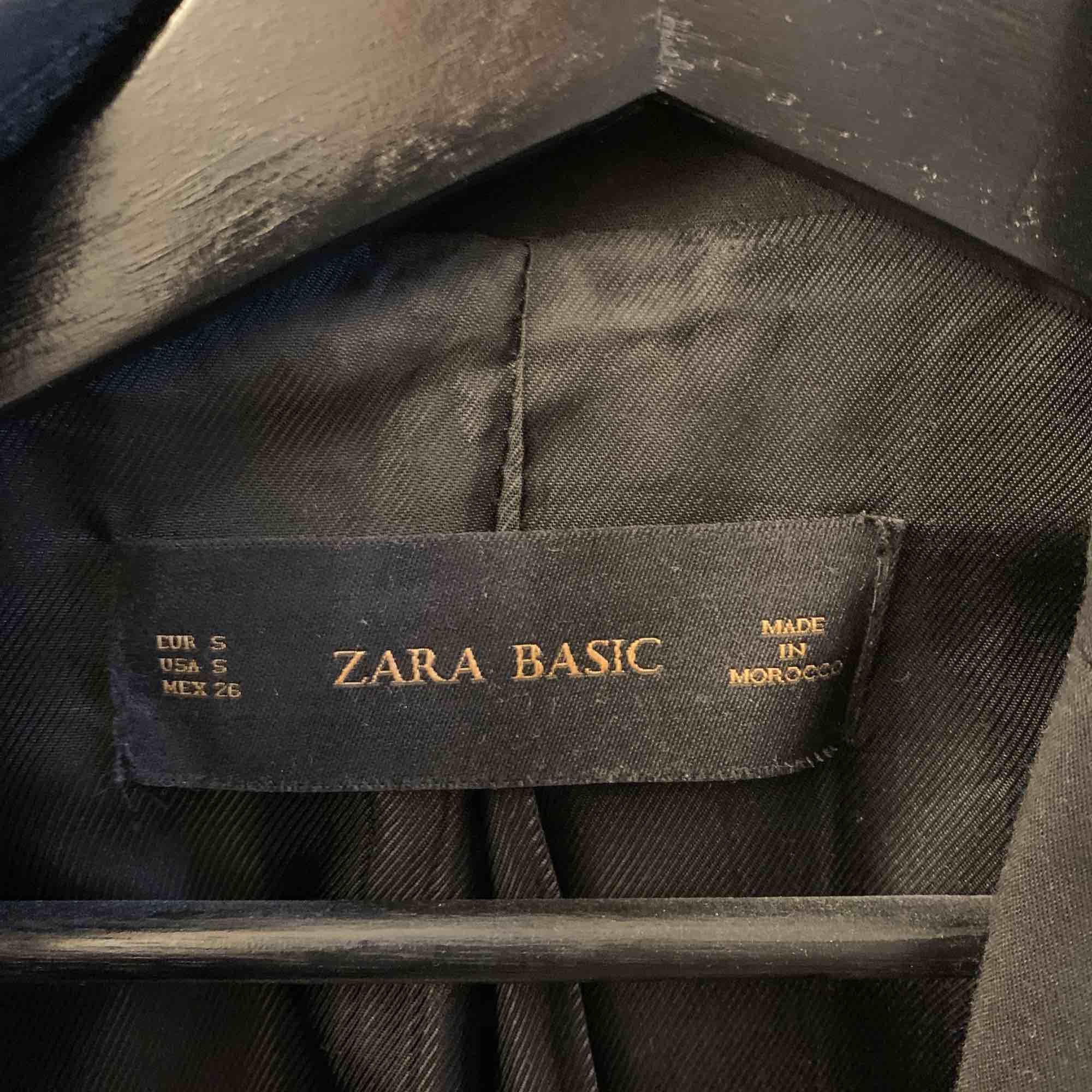 Kavaj/blazer från Zara. Knappt använd, så jättebra skick. Köparen står för frakten.. Jackor.