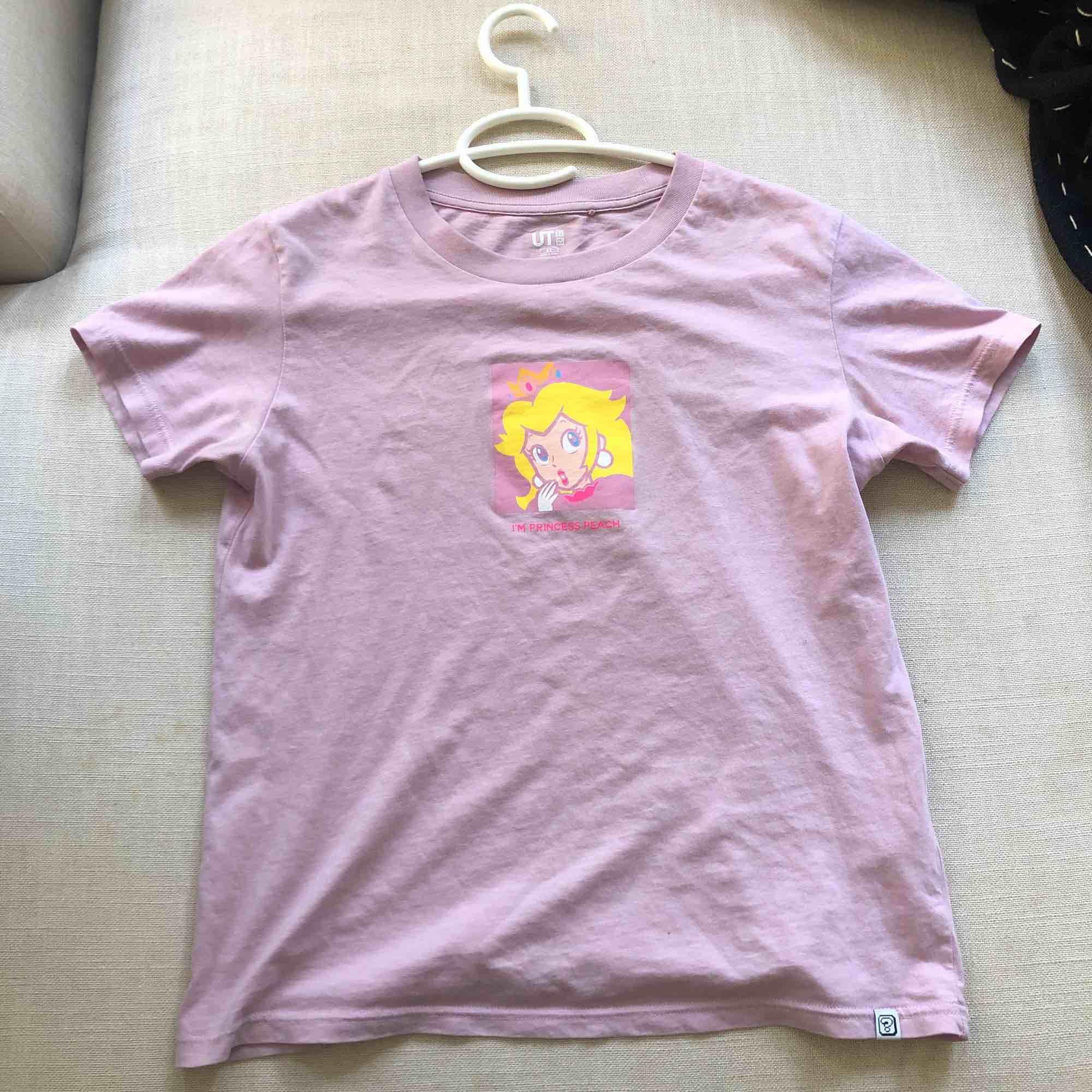 Tee-shirt köpt från uniqlo. Säljer eftersom den inte riktigt är min stil men väldigt bra skick. Köparen står för frakt. 💖💖💖(många är intresserade så höjde priset). T-shirts.
