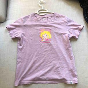 Tee-shirt köpt från uniqlo. Säljer eftersom den inte riktigt är min stil men väldigt bra skick. Köparen står för frakt. 💖💖💖(många är intresserade så höjde priset)