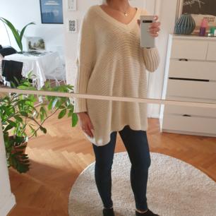 Over sized beige stickad tröja från Noisy may. Köpare står för frakt eller mötas upp i Malmö/Köpenhamn 🌹