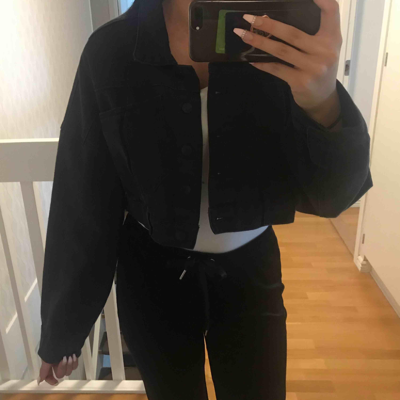 En svart kort jeansjacka från Pull&Bear. Använt 1 gång, helt ny. Den är för stor för mig . Jackor.